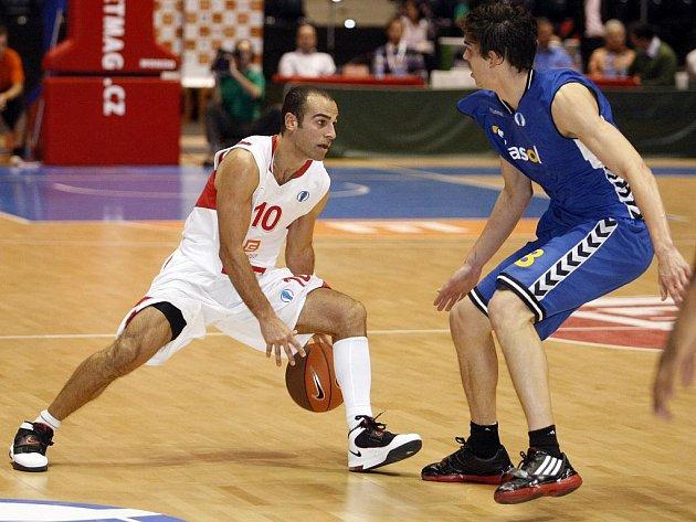 Basketbalista Nymburka Afik Nissim (vlevo) v zápase se Sevillou.