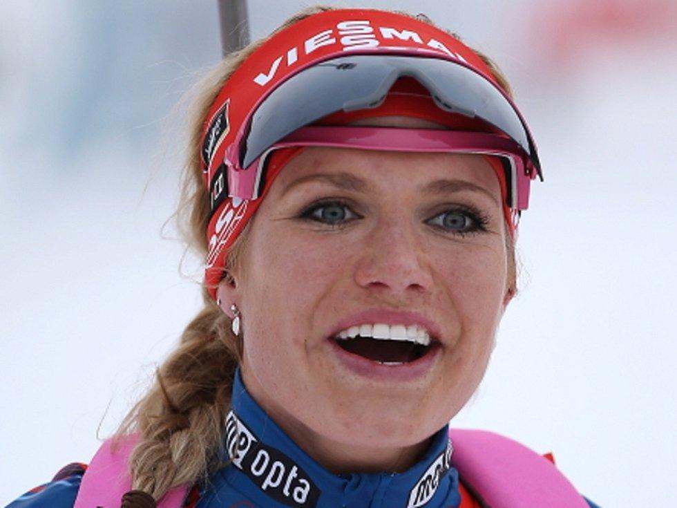 Šťastná Gabriela Soukalová v cíli stříbrného závodu s hromadným startem ve finále Světového poháru v Chanty Mansijsku.