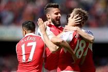 Olivier Giroud z Arsenalu (uprostřed) se raduje se spoluhráči z gólu proti Aston Ville.