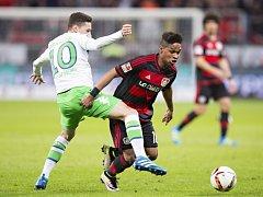 Julian Draxler z Wolfsburgu (vlevo) a Wendell z Leverkusenu.