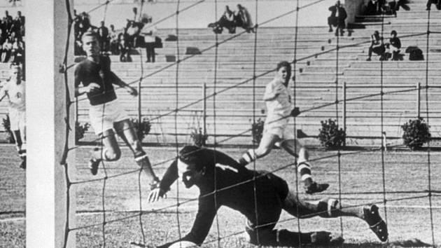 Brankář Maďarska Gyula Grosics na snímku z roku 1962 proti Československu.
