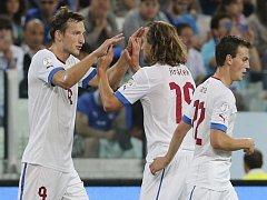 Libor Kozák (vlevo) se raduje s Petrem Jiráčkem (uprostřed) a Vladimírem Daridou z gólu proti Itálii.