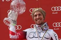 Už má doma čtyři. Marcel Hirscher s velkým křišťálovým glóbem pro celkového vítěze SP.