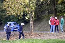 Rallye Příbram předčasně ukončila smrtelná nehoda, při které zahynul spolujezdec Jan Jinderle junior. Na snímku stojí lidé u stromu, do kterého závodníci narazili.