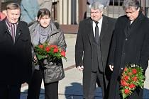 Někdejší předseda KSČM Miroslav Grebeníček (vlevo), současný šéf strany Vojtěch Filip (uprostřed) a její místopředseda Jiří Dolejš přicházejí na poslední rozloučení s europoslancem za KSČM Miloslavem Ransdorfem.