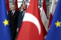 Turcký prezident Recep Tayyip Erdogan (vlevo) a předseda Evropské rady Charles Michel při příchodu na jednání v Bruselu 9. února 2020