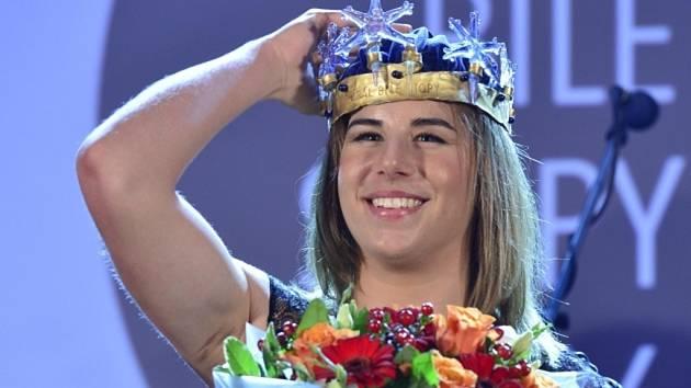 Snowboardistka Ester Ledecká s korunou pro vítěze ankety Král bílé stopy.