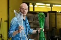 Designér a autor poháru pro vítěze Tour de France Peter Olah představil 12. července ve sklárně společnosti Lasvit v Lindavě na Českolipsku vyrobené trofeje.