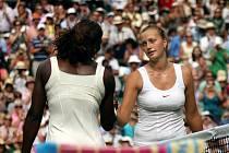 Petra Kvitová (vpravo) gratuluje po výborném zápase Sereně Williamsové k postupu do finále Wimbledonu.