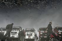 Kamiony seřazené v Lisabonu na startu soutěže, které nezačne. Rallye Dakar 2008 byla zrušena.
