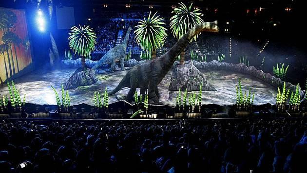 První z představení Putování s dinosaury proběhlo ve středu v pražské O2 areně.