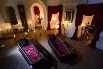 Drákulův hrad v Rumunsku letos během strašidelného svátku Halloween vůbec poprvé od roku 1948 přivítá hosty, kteří tam zůstanou i přes noc. Na hradě pověstného Drákuly totiž budou moci přespat dva vybraní lidé.