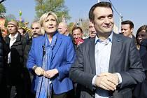 Florian Philippot, za ním Marine Le Penová
