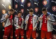 Čeští fotbalisté (zleva) Michal Kadlec, Vladimír Darida, Bořek Dočkala a Pavel Kadeřábek v nových dresech pro Euro 2016.