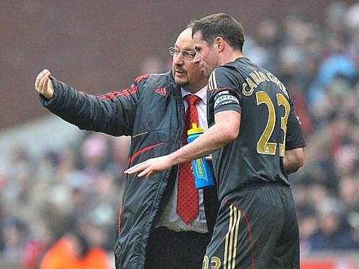 Kouč Liverpoolu Rafael Benitez (vlevo) dává příkazy Jamiemu Carragherovi.