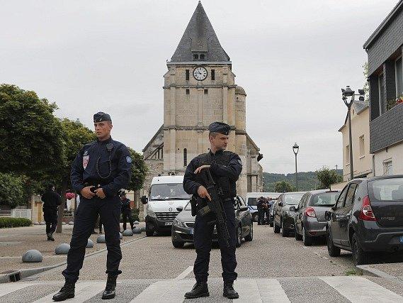 Druhým z dvojice teroristů, kteří v úterý zavraždili kněze v kostele na severu Francie, je patrně Abdel Malik P. ze Savojska.