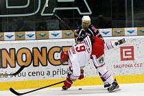 Hokejisté Chomutova (v modrém) proti Třinci.