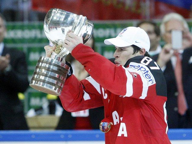 Kapitán Kanady Sidney Crosby s pohárem pro mistry světa.