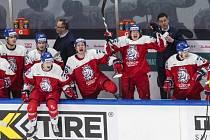 Česká hokejová reprezentace do 20 let se raduje z vítězství nad Švédskem.