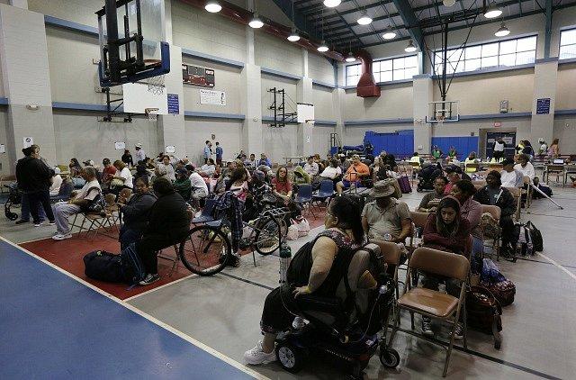 Evakuovaní obyvatelé města Corpus Christi jsou ubytovaní v tělocvičně střední školy.