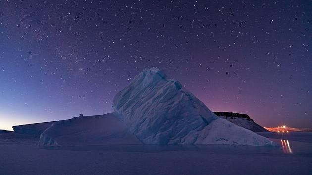 Hluboko pod povrchem Grónska může proudit ve věčné temnotě obrovská řeka napájená tajícím ledem