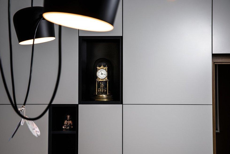 Domov Martina Šonky? Jednoduchý moderní design a hodiny po babičce