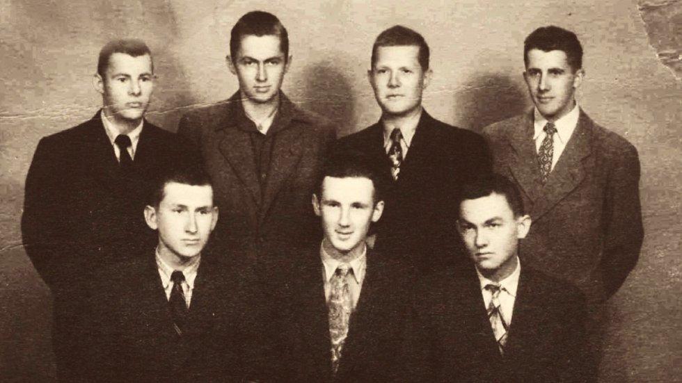 Jiří Lukšíček (nahoře druhý zprava) po propuštění z vazby r. 1953. 50. léta.
