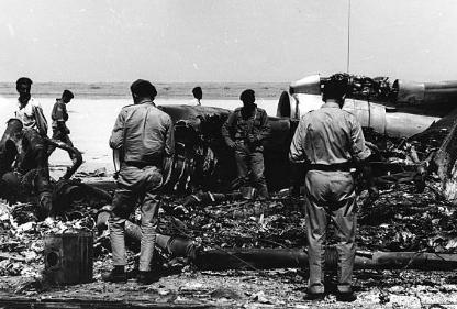 Jordánští vojáci prohlížejí trosky letadel, která únosci vyhodili 12. září do vzduchu