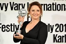 Za ženský herecký výkon byla oceněna slovenská herečka Zuzana Mauréryová v titulní roli snímku Jana Hřebejka Učitelka.