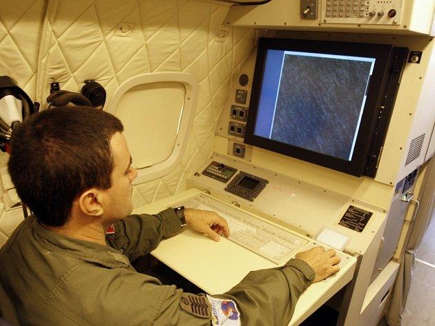 Voják u radaru v brazilském pátracím letadle.