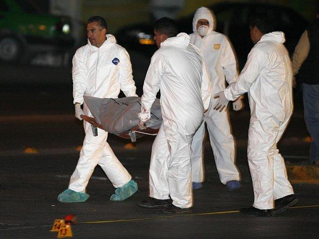 Policisté odnášejí další z obětí krvavých bojů mezi mexickými drogovými kartely navzájem a policií. Letos si už násilí spojované s drogami vyžádalo v Mexiku na 1600 mrtvých.