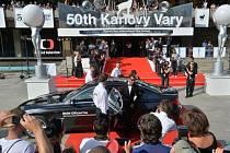 Diváci čekají na příjezd hostů před karlovarským hotelem Thermal, kde byl 11. července slavnostním ceremoniálem zakončen jubilejní 50. ročník Mezinárodního filmového festivalu Karlovy Vary.