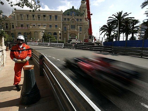 Sébastien Bourdais se v monopostu Toro Rosso řítí vzhůru ke kasínu.