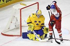 Útočník Dmitrij Jaškin před švédskou brankou.