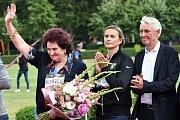 Helena Fibingerová přijímá gratulace od oštěpařů ke svým 70. narozeninám