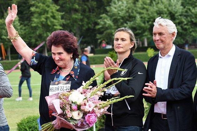 Helena Fibingerová přijímá gratulace od oštěpařů ke svým 70.narozeninám