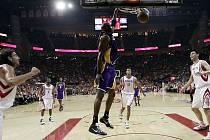 Lamar Odom z Los Angeels Lakers smečuje v utkání na palubě Houstonu.