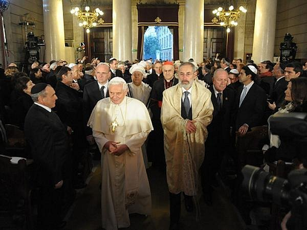 Papež Benedikt XVI. navštívil v neděli poprvé židovskou synagogu v Římě.