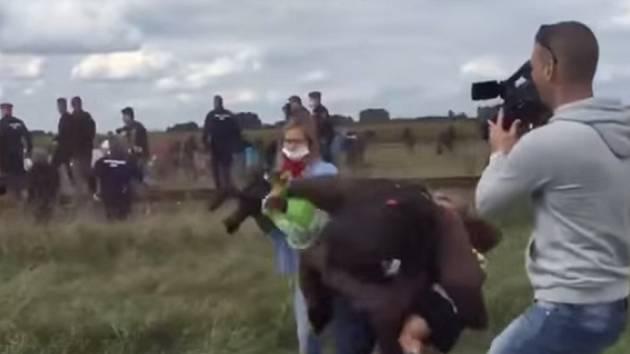 Maďarskem otřáslo krátké video, zachycující kameramanku maďarské televize N1TV, jak na srbsko-maďarské hranici podráží nohy uprchlíkovi s dítětem v náručí a kope do běženců.