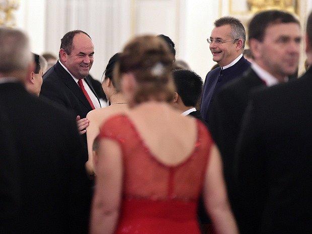 Na snímku předseda Fotbalové asociace České republiky Miroslav Pelta (vlevo) a lobbista a manažer Jaroslav Tvrdík (druhý zprava).