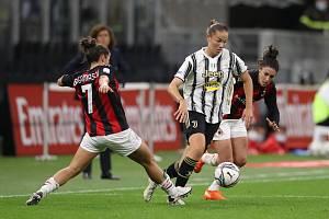 Andrea Stašková (vpravo) v zápase proti AC Milán.