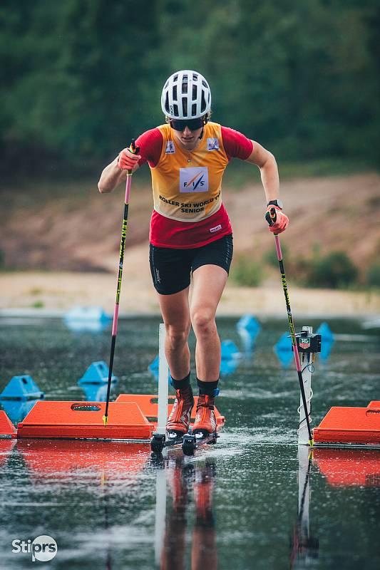 Sandra Schützová při závodech na kolečkových lyžích.