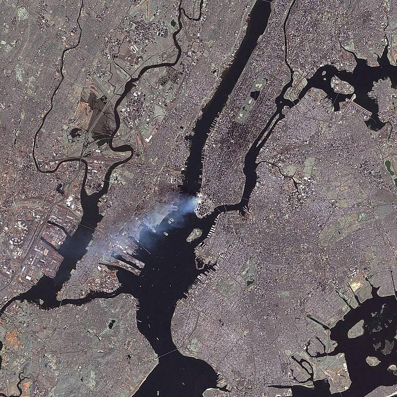 Satelitní snímek New Yorku. Takhle vypadal útok 11. září 2001 z vesmíru.