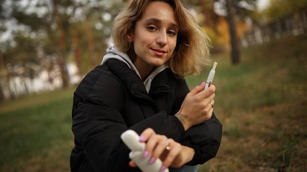 """Alternativy na jednu stranu evidentně pomáhají kuřákům přejít na méně rizikové produkty, na druhou stranu je používají i lidé, kteří by jinak pravděpodobně """"nekouřili"""" vůbec."""