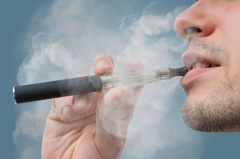 Muž kouřící e-cigaretu. Ilustrační snímek