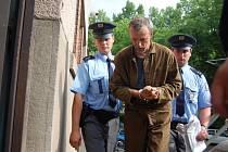 Okresní soud v Hradci Králové poslal do vazby Slováka podezřelého z vraždy devítiletého Jakuba Šimánka. Tělo mrtvého chlapce policii ukázal sám pachatel, který se k hrůznému činu přiznal.