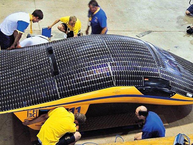 Tým Bochumské univerzity připravuje svůj vůz Solar World no. 1 na náročný závod napříč australským kontinentem.