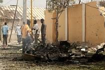 Sebevražedný útočník dnes najel s autem plným výbušnin do bran ústředí somálské kriminální policie v centru metropole Mogadišo.