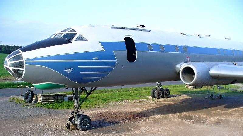 """DRUHÉ PROUDOVÉ LETADLO NA SVĚTĚ. Tupolev 104A byl druhým proudovým letadlem na světě. Ten, který si můžete prohlédnout ve Zruči, stál čtvrt století u plaveckého bazénu v Olomouci, kde se místu dodnes říká """"U Letadla"""""""