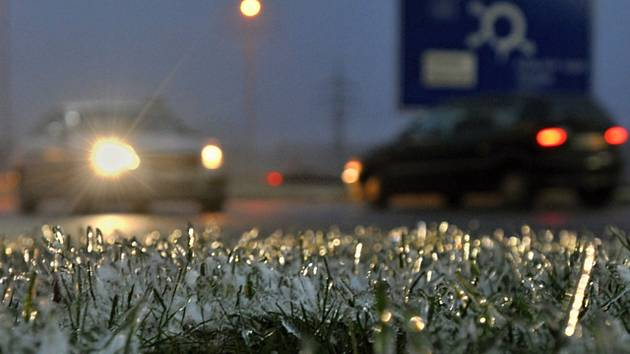 Ledovka na silnici, námraza - ilustrační foto.
